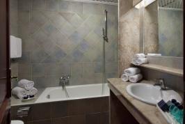Mooie badkamer met ligbad, wastafel en toilet.