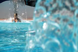 1 van de 9 zwembaden van Arbatax Residence.