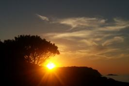 Zonsondergang bij de kust van Sardinië.