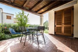 Terras met ligstoelen bij de appartementen.